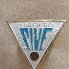 Coleccionismo deportivo: PIN FUTBOL - BARCELONA - TONA - CF TONA - SOLAPA. Lote 288015743