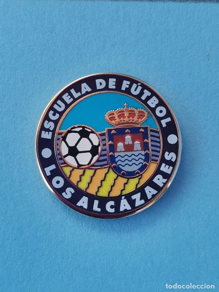PIN DE FÚTBOL.... ESCUELA DE FÚTBOL LOS ALCÁZARES.... MURCIA (Coleccionismo Deportivo - Pins de Deportes - Fútbol)