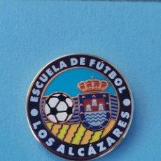 Coleccionismo deportivo: PIN DE FÚTBOL.... ESCUELA DE FÚTBOL LOS ALCÁZARES.... MURCIA. Lote 288328823