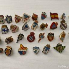 Coleccionismo deportivo: LOTE 32 PINS DE FUTBOL VARIADOS. ANTIGUOS . PIN FIGUERES MALAGA BARCELONA MADRID RAYO SEVILLA ETC. Lote 288331928