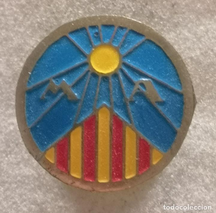 PIN FUTBOL - BARCELONA - VIC - MARIS AUSA - SOLAPA (Coleccionismo Deportivo - Pins de Deportes - Fútbol)