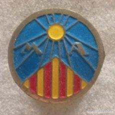 Coleccionismo deportivo: PIN FUTBOL - BARCELONA - VIC - MARIS AUSA - SOLAPA. Lote 288421788