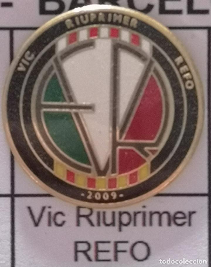 PIN FUTBOL - BARCELONA - VIC - VIC RIUPRIMER REFO (Coleccionismo Deportivo - Pins de Deportes - Fútbol)