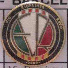 Coleccionismo deportivo: PIN FUTBOL - BARCELONA - VIC - VIC RIUPRIMER REFO. Lote 288422003