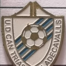Collezionismo sportivo: PIN FUTBOL - BARCELONA - VILADECAVALLS - UD CAN TRIAS. Lote 288428748