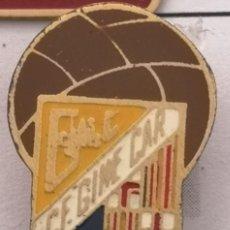 Coleccionismo deportivo: PIN FUTBOL - BARCELONA - LES CORTS - CF GINE CAR - SOLAPA. Lote 292286288