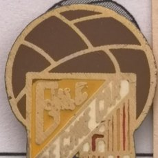 Coleccionismo deportivo: PIN FUTBOL - BARCELONA - LES CORTS - CF GINE CAR. Lote 292286343