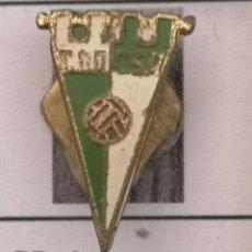 Coleccionismo deportivo: PIN FUTBOL - BARCELONA - LES CORTS - CD ASCENSORES CARDELLAC SA - SOLAPA. Lote 292287093