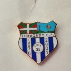 Coleccionismo deportivo: PIN DE FÚTBOL... LUXAONDO CLUB DE FÚTBOL... VITORIA ÁLAVA. Lote 293441633