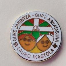 Coleccionismo deportivo: PIN DE FÚTBOL... LAURO IKASTOLA... GUIPÚZCOA. Lote 293442138