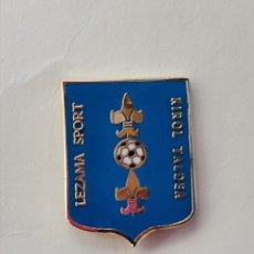 Coleccionismo deportivo: PIN DE FÚTBOL... LEZAMA SPORT KIROL TALDEA... VIZCAYA. Lote 293445213