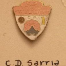 Collezionismo sportivo: PIN FUTBOL - BARCELONA - CD SARRIA. Lote 293537033