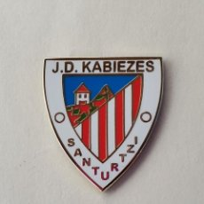 Coleccionismo deportivo: PIN DE FÚTBOL... JUVENTUD DEPORTIVA KABIEZES... SANTURZI VIZCAYA. Lote 293564113