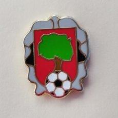 Coleccionismo deportivo: PIN DE FÚTBOL... USURBIL FÚTBOL TALDEA... GUIPÚZCOA. Lote 293565018