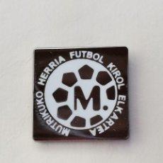 Coleccionismo deportivo: PIN DE FÚTBOL... MUTRIKUKO HERRIA FÚTBOL KIROL ELKARTEA... MUTRIKU GUIPÚZCOA. Lote 293565378