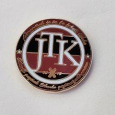 Coleccionismo deportivo: PIN DE FÚTBOL... ARMAGIÑAK. J. T. K. FÚTBOL KIROL... EIBAR GUIPÚZCOA. Lote 293572608