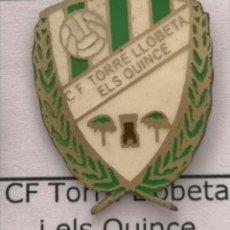 Coleccionismo deportivo: PIN FUTBOL - BARCELONA - CF TORRE LLOBETA ELS QUINCE. Lote 293858638