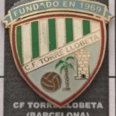 Coleccionismo deportivo: PIN FUTBOL - BARCELONA - CF TORRE LLOBETA. Lote 293858663