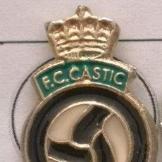 Coleccionismo deportivo: PIN FUTBOL - BARCELONA - FC CÀSTIC. Lote 293859288