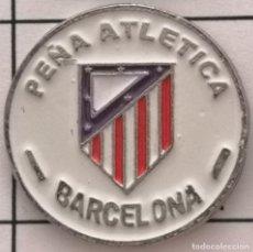 Coleccionismo deportivo: PIN FUTBOL - BARCELONA - PEÑA ATLETICA. Lote 293859508