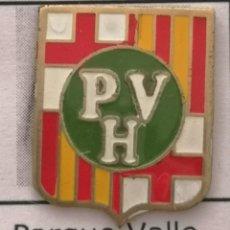 Coleccionismo deportivo: PIN FUTBOL - BARCELONA - UD PARQUE VALLE HEBRÓN. Lote 293859633