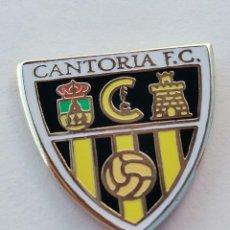 Coleccionismo deportivo: PIN DE FÚTBOL... CANTORIA FÚTBOL CLUB... ALMERÍA. Lote 295784958