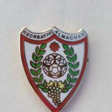 Coleccionismo deportivo: PIN DE FÚTBOL... RECREATIVO ALMACHAR... MÁLAGA. Lote 295785988