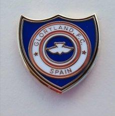 Coleccionismo deportivo: PIN DE FÚTBOL... GLORYLAND FÚTBOL CLUB SPAIN... MÁLAGA. Lote 295788403