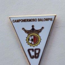 Coleccionismo deportivo: PIN DE FÚTBOL... CAMPOHERMOSO BALOMPIE... ALMERÍA. Lote 295790128