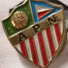 Coleccionismo deportivo: PIN FUTBOL - BARCELONA - AT. PUEBLO NUEVO - SOLAPA. Lote 296791308