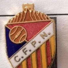 Coleccionismo deportivo: PIN FUTBOL - BARCELONA - CF PUEBLO NUEVO. Lote 296791763