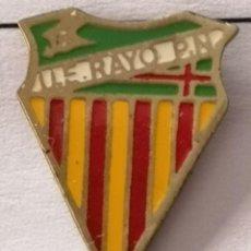 Coleccionismo deportivo: PIN FUTBOL - BARCELONA - UE RAYO PUEBLO NUEVO. Lote 296792023