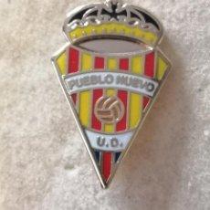 Coleccionismo deportivo: PIN FUTBOL - BARCELONA - UD PUEBLO NUEVO. Lote 296792623