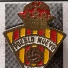 Coleccionismo deportivo: PIN FUTBOL - BARCELONA - UD PUEBLO NUEVO. Lote 296792758