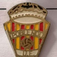 Coleccionismo deportivo: PIN FUTBOL - BARCELONA - UE PUEBLE NOU. Lote 296793263