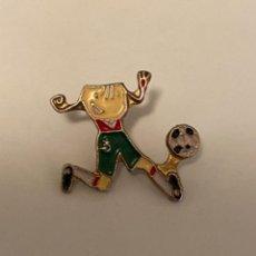 Coleccionismo deportivo: PIN FUTBOL PETRA MASCOTA JUEGOS PARALIMPICOS BARCELONA 1992. Lote 297095548