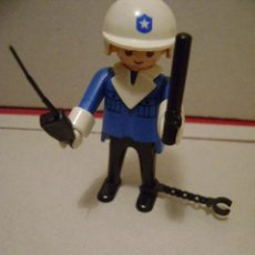 Playmobil: PLAYMOBIL POLICIA CON CASCO, ESPOSAS, WALKIE Y PORRA SIMILAR A REF 3564. Lote 36201120