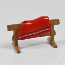 Playmobil: PLAYMOBIL CABALLO VALLA PARA COLGAR SILLA DE MONTAR MANTA 4193. Lote 115590072
