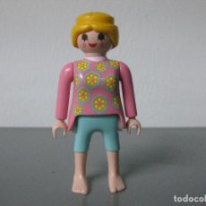 Playmobil: PLAYMOBIL FIGURA CHICA MUÑECO PANTALON CORTO AZUL Y DESCALZA VERANO. Lote 194885572