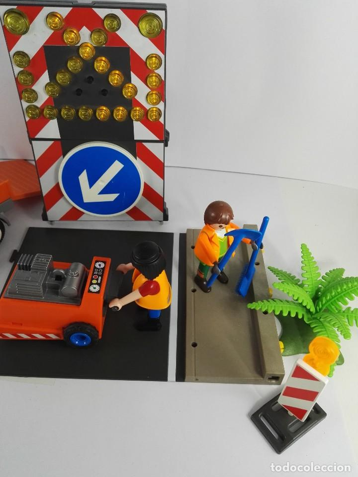 Playmobil: VEHICULO CON SEÑALES LUMINOSA + ASFALTADORA PLAYMOBIL 4044 Y 4049 - Foto 3 - 127611059