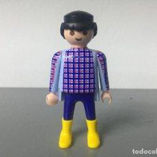 Playmobil: PLAYMOBIL FIGURA CHICO MUÑECO CIUDAD CAMISA CUADROS BOTA AMARILLA. Lote 128710711
