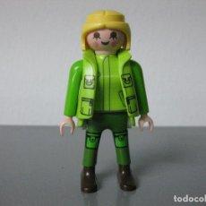 Playmobil: PLAYMOBIL FIGURA CHICA MUÑECO CON CHALECO VERDE. Lote 128711099