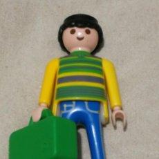 Playmobil: PLAYMOBIL LFIGURA HOMBRE JERSEY AMARILLO A RAYAS MALETA VERDE VIAJERO PANTALÓN VAQUERO CIUDAD. Lote 143941522