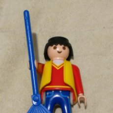 Playmobil: PLAYMOBIL LFIGURA HOMBRE JJARDINERO BARRENDERO JERSEY ROJO CUELLO PICO CHALECO AMARILLO ESCOBA HOJAS. Lote 143941574