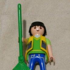 Playmobil: PLAYMOBIL LFIGURA HOMBRE JJARDINERO BARRENDERO JERSEY VERDE CUELLO PICO CHALECO AMARILLO ESCOBA HOJA. Lote 143941622