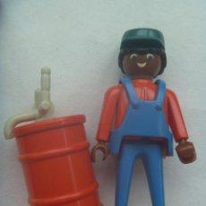 Playmobil: PLAYMOBIL DE 1974 : FIGURA DE COLOR ( NEGRO ) CON MONO Y GORRA Y BIDON DE GASOLINA. Lote 147539974