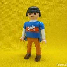 Playmobil: PLAYMOBIL HOMBRE ACTUAL, CHICO CON PERRO EL LA CAMISETA. Lote 151501754