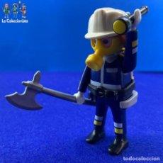Playmobil: PLAYMOBIL - BOMBERO CON LINTERNA + CASCO + MÁSCARA DE GAS + HACHA. Lote 213849472