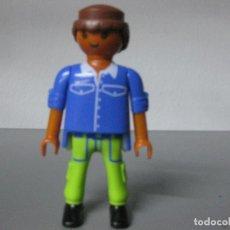 Playmobil: PLAYMOBIL FIGURA CHICO CIUDAD TEZ MORENA PANTALON VERDE. Lote 194584751