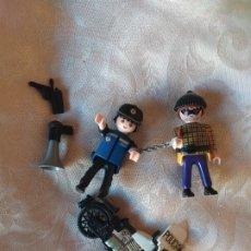 Playmobil: MUÑECOS PLAYMOBIL POLICIA Y LADRON CON MOTO ANTIGUA. Lote 194942631